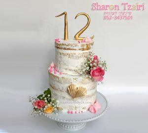 """עוגה """"ערומה"""" עוגת וניל עם שכבות קרם שוקולד לבן בשילוב פרחים חיים"""