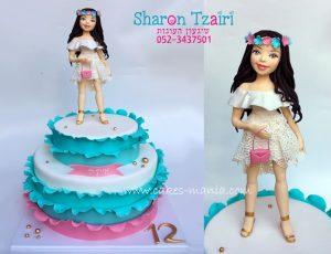 עוגת בת מצווה עם פיסול של הילדה בשמלה שלבשה בארוע