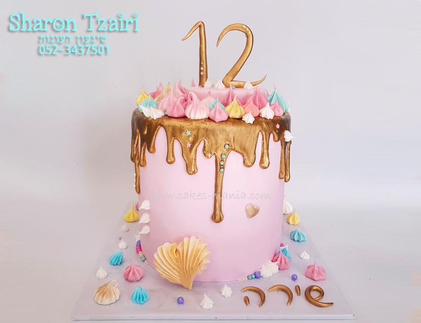 עוגת בת מצווה עדינה עם נטיפי זהב ונשיקות מרנג