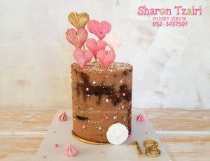 עוגה בהפתעה ליום הולדת 18, שוקולדית עם לבבות מרנג.