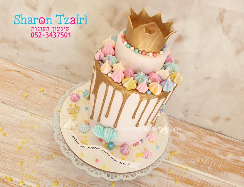 עוגת כתר זהב ליום הולדת, גבוהה במיוחד בשילוב נשיקות מרנג וטפטופי זהב
