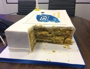 עוגת ענק לחברת גלוברנס לחגיגות השנה. שכבות עוגת תפוזים עסיסית עם גנאש שוקולד לבן