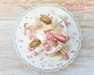 עוגת יום הולדת גבוהה ועדינה לגיל 40 עדינה עם מקרונים ונשיקות מרנג