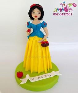 פיסול דמות שלגיה להנחה על עוגה ביתית